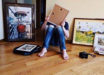 Jak zaaranżować ścianę ze zdjęciami? Pomysły na oprawę!